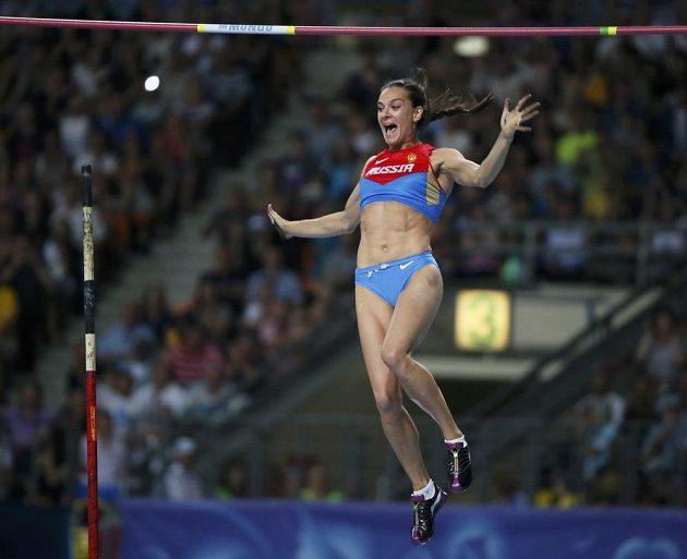Tyčka zůstala! Ruská tyčkařka Jelena Isinbajevová a její radost ve vzduchu.