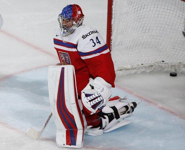 Zklamaný gólman české hokejové reprezentace Petr Mrázek poté, co na mistrovství světa inkasoval gól od Kanady.