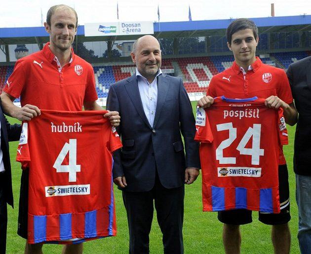 Nové posily Viktorie Plzeň. Vlevo Roman Hubník, vpravo Martin Pospíšil. Uprostřed majitel klubu Tomáš Paclík.