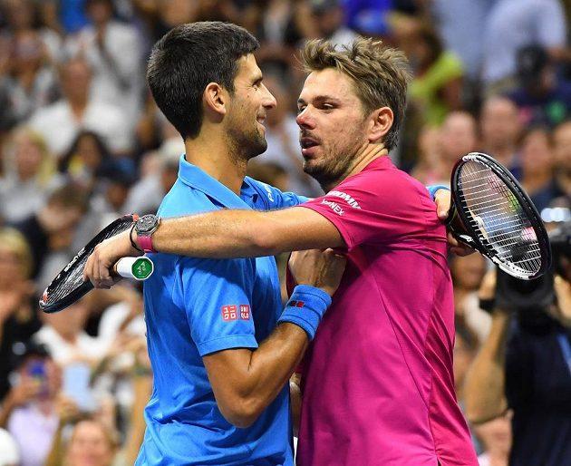 Novak Djokovič (vlevo) gratuluje po finále svému přemožiteli Stanu Wawrinkovi k titulu šampióna US Open.