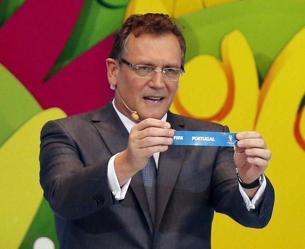 Sekretář FIFA Jerome Valcke drží cedulku s Portugalskem během losování mistrovství světa v Brazílii 2014.