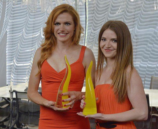 Gabriela Koukalová (vlevo) se skleněnou trofejí pro české medailisty z Ria de Janeiro.