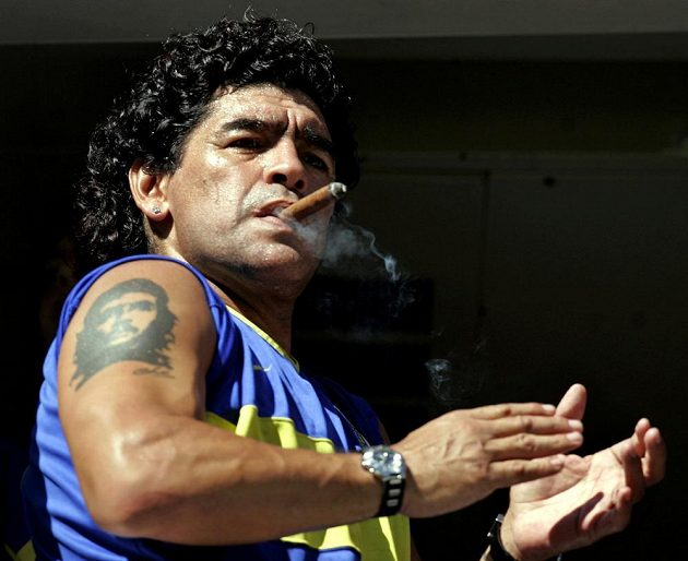 Legendární argentinský fotbalista Diego Maradona zemřel. Na archivním snímku si vychutnává doutník před zápasem v Buenos Aires.