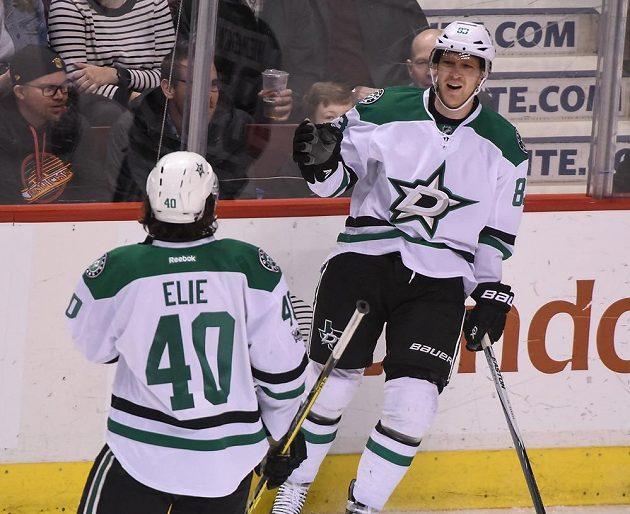 Český hokejista Aleš Hemský (vpravo) oslavuje gól Dallasu v utkání NHL proti Vancouveru Canucks. Dallas vyhrál 4:2.