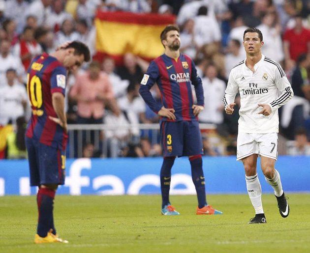 Zklamaní hráči Barcelony po inkasované třetí brance. Vlevo Lionel Messi, vzadu obránce Gerard Pigué. Přihlíží hvězda Realu Madrid Cristiano Ronaldo.