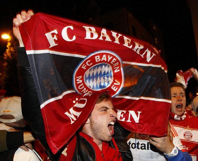 Fanoušek Bayernu Mnichov si užívá triumf svého týmu v Lize mistrů.