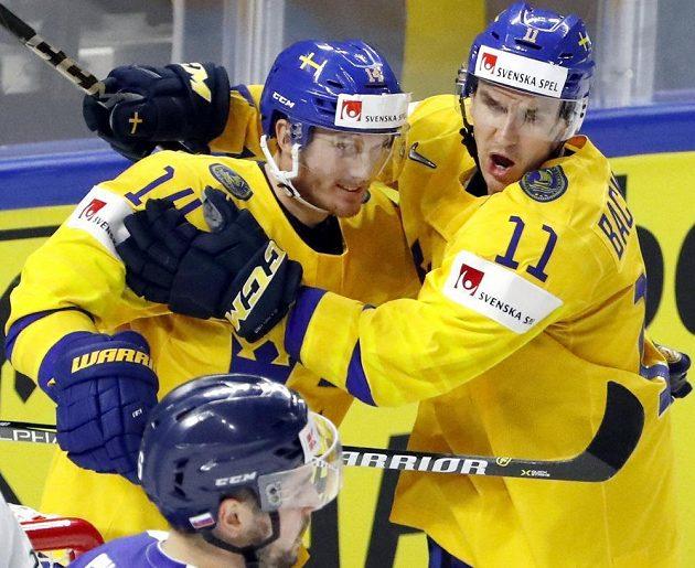 Švédové Gustav Nyquist (vlevo) a Mikael Backlund oslavují gól v utkání se Slovenskem.