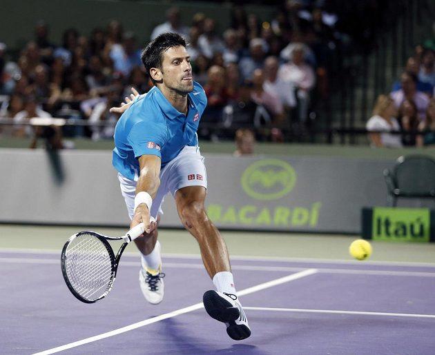 Srbský tenista Novak Djokovič dobíhá míček během čtvrtfinálového zápasu s Tomášem Berdychem na turnaji v Miami.