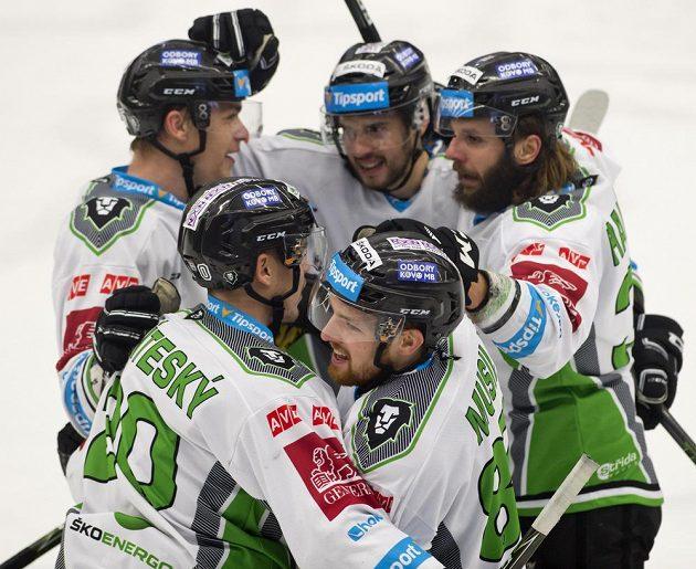 Střelec vítězného gólu Mladé Boleslavi Pavel Musil (vpředu vpravo) se raduje se svými spoluhráči.