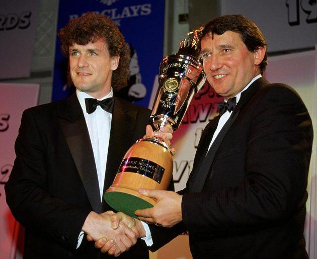 Graham Taylor (vpravo) na snímku z roku 1991 předává trofej pro hráče roku Marku Hughesovi z Manchesteru United.