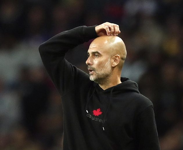 Zamyšlený kouč Manchesteru City Pep Guardiola.