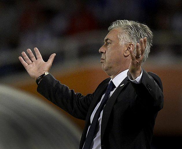 Trenér Realu Madrid Carlo Ancelotti se rozčiluje v utkání se San Sebastiánem.