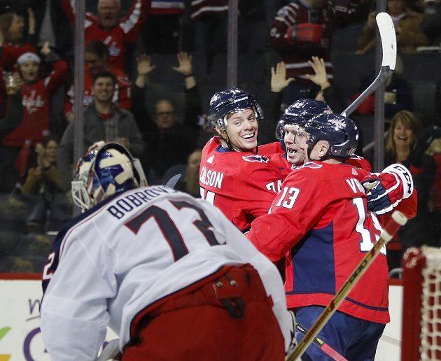 Hokejisté Washingtonu oslavují Carlsonův gól do sítě brankáře Columbusu Bobrovského. Zleva John Carlson (74), Jevgenij Kuzněcov (92) a Jakub Vrána (13).