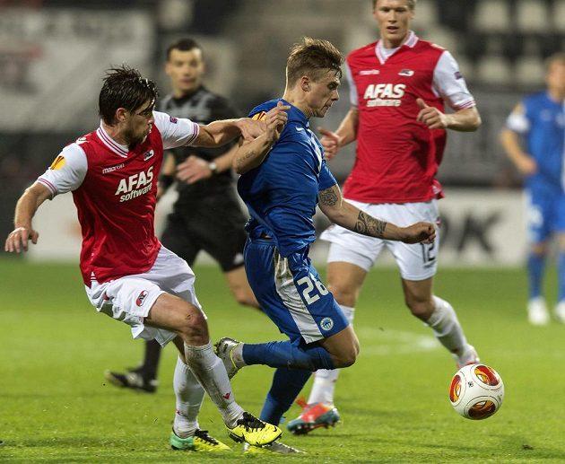 Obránce Alkmaaru Jan Wuytens (vlevo) bojuje o míč s libereckým útočníkem Jevgenem Budnikem (v modrém dresu).
