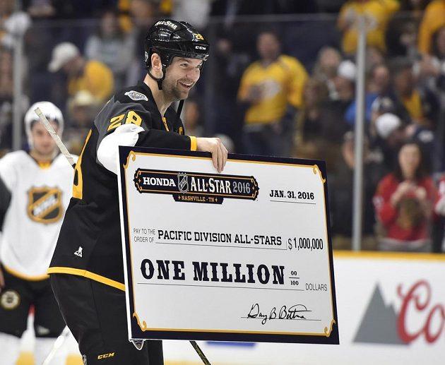 Nejužitečnější hráč Utkání hvězd John Scott se šekem na milión dolarů pro vítězný tým.