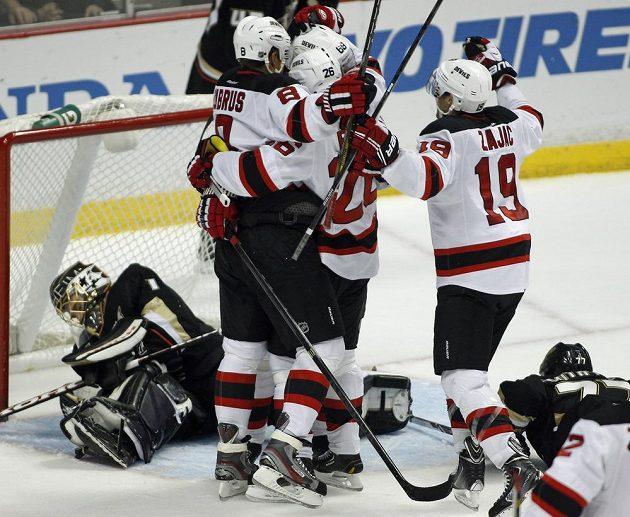 Hokejisté New Jersey se radují z vyrovnávacího gólu proti Anaheimu. Zleva Dainius Zubrus, Patrik Eliáš, Jaromír Jágr a Travis Zajac.
