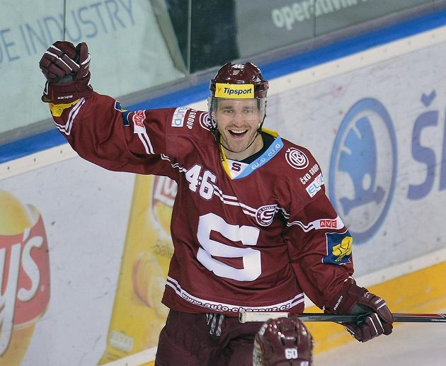 Sparťanský útočník Petr Kumstát se raduje z gólu proti Zlínu v utkání 47. kola hokejové Tipsport extraligy.