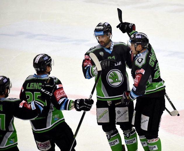 Hokejisté Mladé Boleslavi se radují z úvodní branky zápasu v Chomutově, gól dal Matěj Stříteský (vpravo).