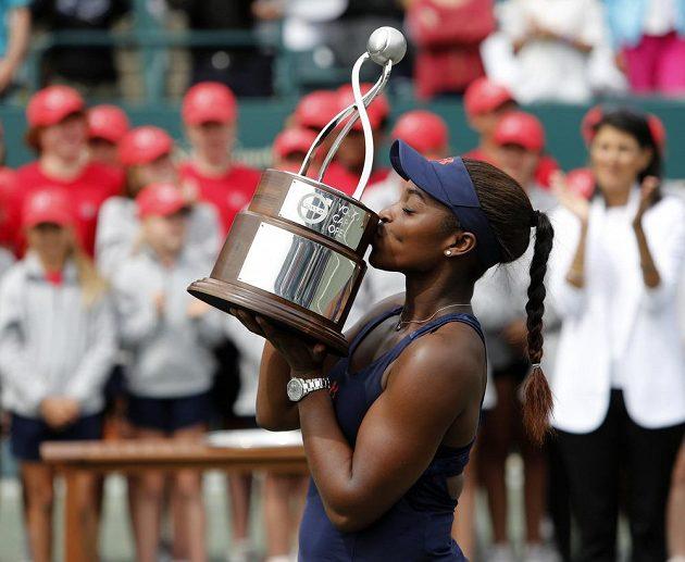 Americká tenistka Sloane Stephensová s trofejí pro vítězku turnaje v Charlestonu.