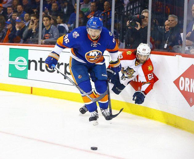 Jaromír Jágr (vpravo) padá na led po střetu s Nikalejem Kuleminem z New York Islanders.
