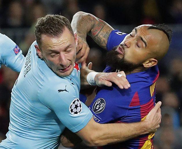 Nekompromisní souboj slávisty Vladimíra Coufala s Arturem Vidalem z Barcelony.
