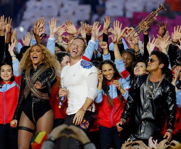 Zpěvačka Beyonce, Chris Martin (uprostřed) a Bruno Mars při přestávkové show během finále ligy amerického fotbalu NFL.