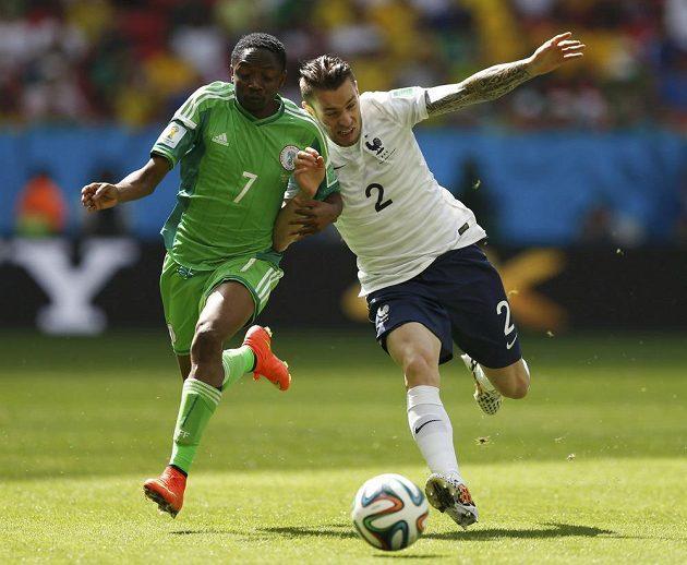 Nigerijec Ahmed Musa (vlevo) v souboji s Mathieuem Debuchym z Francie.