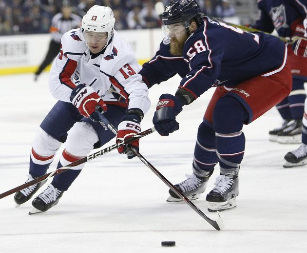 Český hokejista Jakub Vrána v dresu Washingtonu Capitals mohl slavit postup do 2. kola play off NHL. Washington vyhrál sérii s Columbusem 4:2 na zápasy. Na snímku Vrána bojuje s Davidem Savardem.