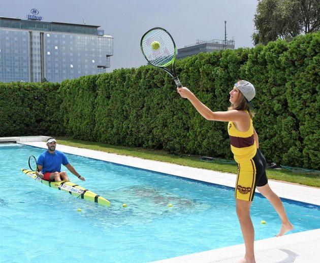S tenisovou raketou seděl Josef Dostál v kajaku poprvé.