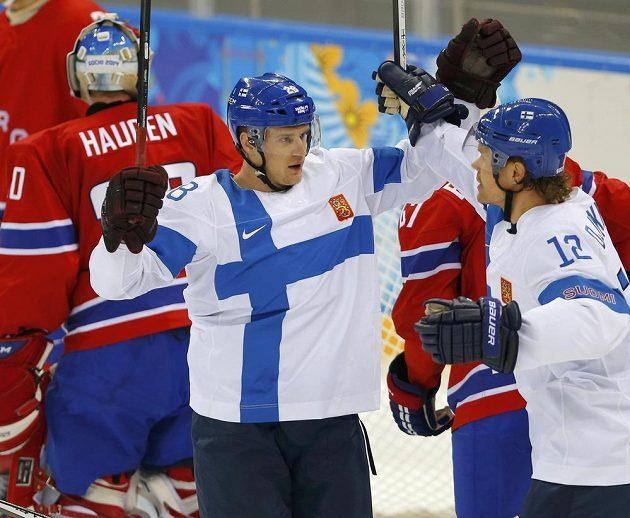 Finští útočníci Lauri Korpikoski a Olli Jokinen se radují z gólu proti Norsku.