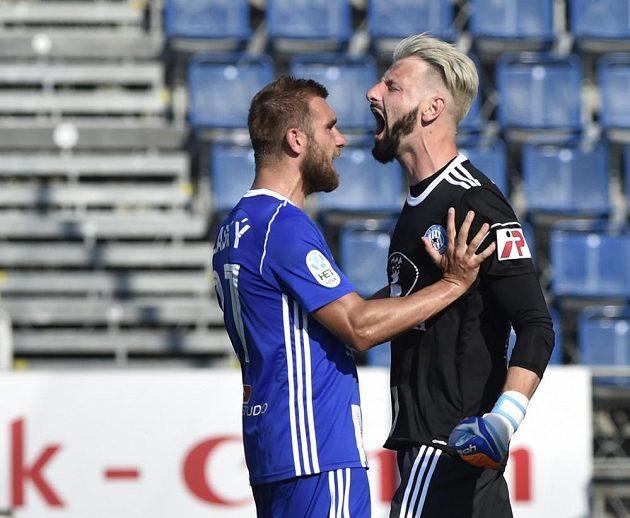Brankář Olomouci Michal Reichl si po chycené penaltě pořádně zařval. Gratulaci přijímá od spoluhráče Martina Sladkého.