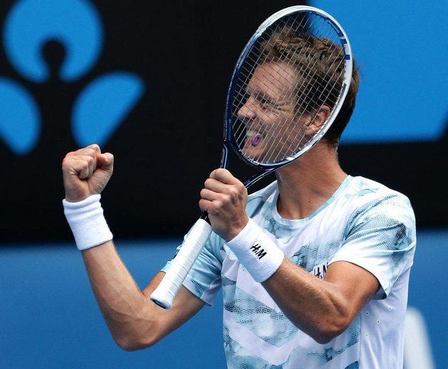Tomáš Berdych oslavuje postup do semifinále Australian Open.