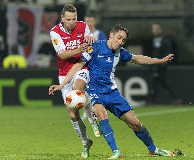 Roy Beerens (vlevo) z AZ Alkmaar bojuje o míč s libereckým záložníkem Josefem Šuralem v odvetném utkání 2. kola Evropské ligy.