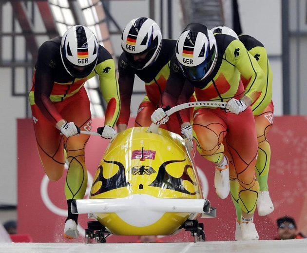 Německý čtyřbob ve složení Francesco Friedrich, Candy Bauer, Martin Grothkopp a Thorsten Margis je po třetích jízdách v čele olympijské souttěže.