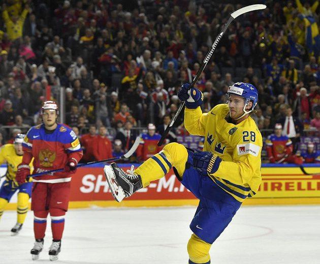 Švédský útočník Elias Lindholm slaví poté, co v zahajovacím utkání MS vstřelil gól do sítě Ruska.