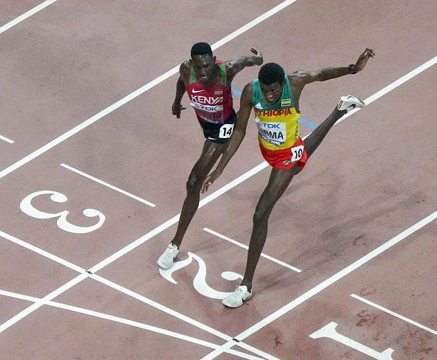 Těsný doběh. Keňan Conseslus Kipruto obhájil zlato v běhu na 3000 m překážek, vyhrál o pouhou setinu sekundy před Lamechou Girmou z Etiopie.