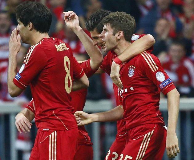 Thomas Müller (zcela vpravo) se raduje se spoluhráči z gólu proti Barceloně.