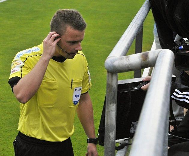 Sudí Pavel Orel na monitoru kontroluje, zda odpískal správně penaltu, a následně ji odvolává.