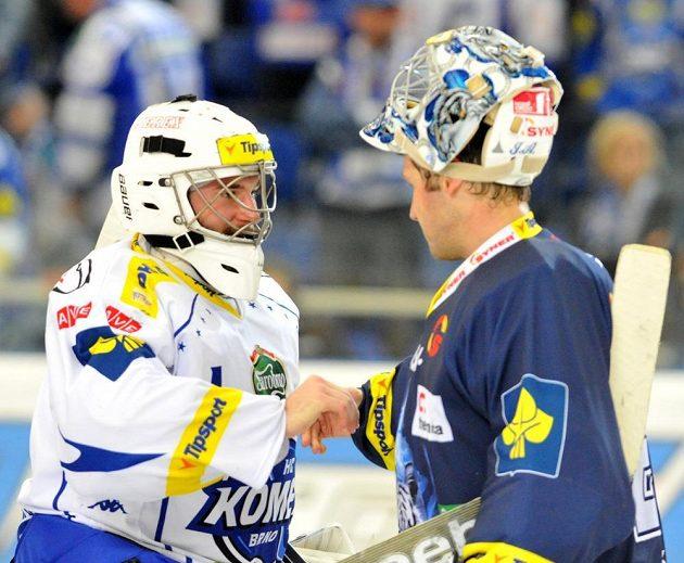 Brankář Komety Marek Čiliak (vlevo) se na konci zápasu zdraví se svým libereckým protějškem Jánem Lašákem.