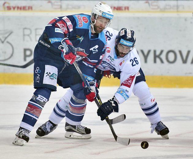Petr Jelínek (vpravo) z Liberce v souboji s chomutovským Ivanem Humlem.