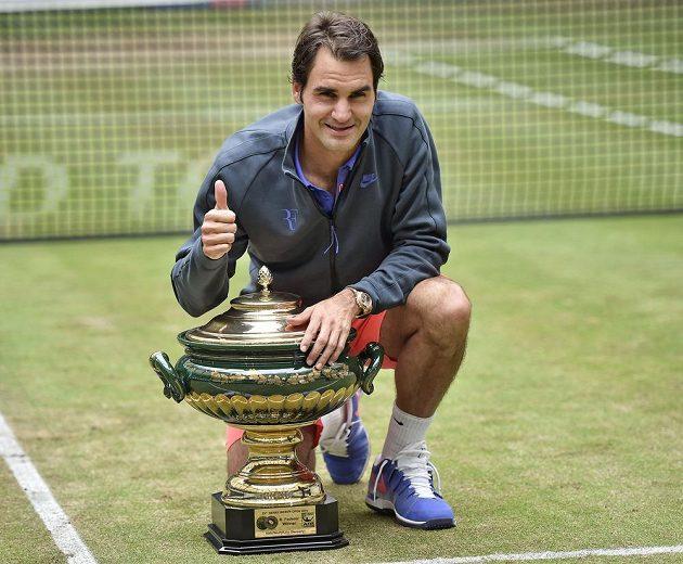 Roger Federer s trofejí pro vítěze travnatého turnaje v německém Halle.