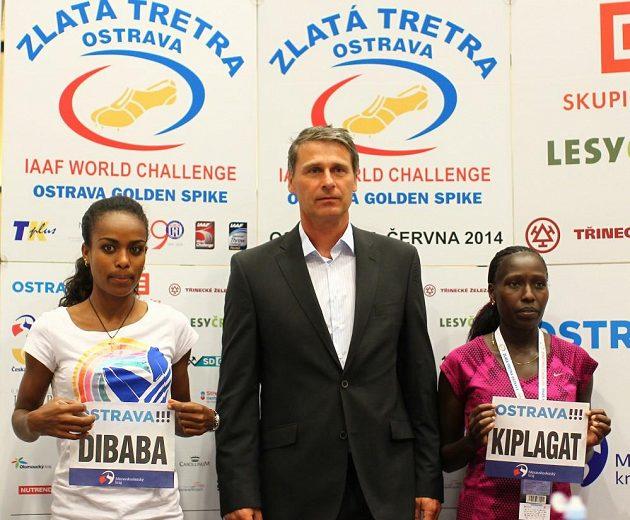 Genzebe Dibabaová a Florence Kiplagatová, dvě adeptky světového rekordu po boku ředitele Zlaté tretry Jana Železného.
