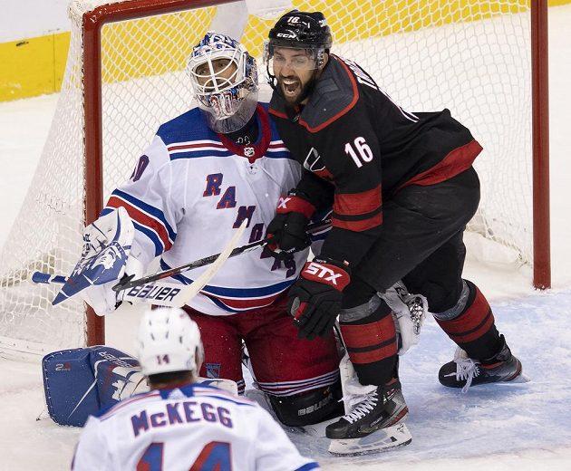 Brankář New Yorku Rangers Henrik Lundqvist (30) inkasoval gól a útočník Caroliny Hurricanes Vincent Trocheck (16) slaví.