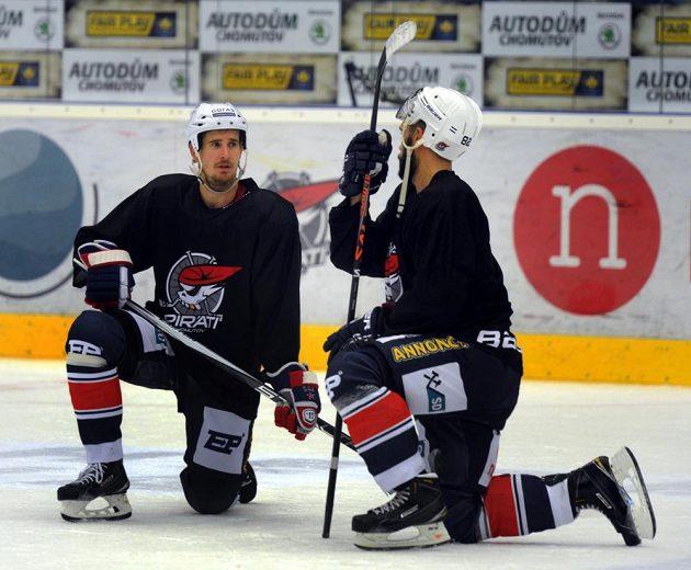 Nová posila hokejistů Chomutova útočník Roman Červenka (vlevo) na tréninku Pirátů s Michalem Vondrkou.