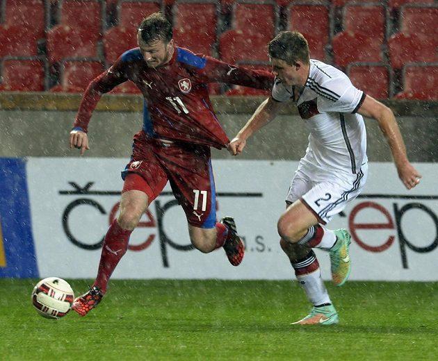 Český útočník Michael Krmenčík (vlevo) dělal německé obraně starosti, zastavit se ho při utkání v Edenu snaží Dominique Heintz.