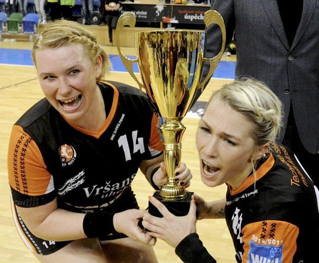 Pohár pro vítězky finále přebíraly mostecké hráčky Petra Vítková (vlevo) a Lucia Súkenníková.