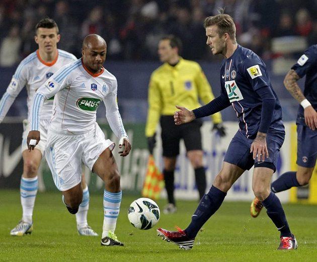 André Ayew z Marseille (druhý zleva) se snaží zastavit záložníka Paris Saint-Germain Davida Beckhama (vpravo).