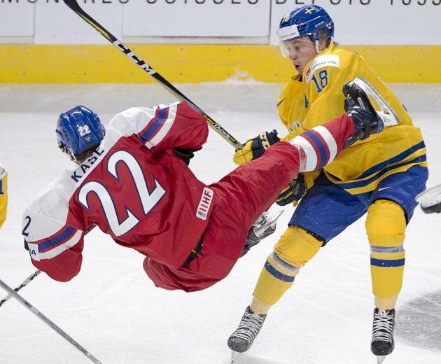 Český útočník David Kaše (vlevo) padá po souboji se švédským forvardem Rasmusem Asplundem.