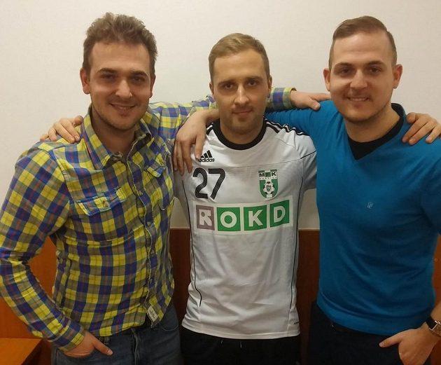 Estonec Sander Puri (uprostřed), nová posila Karviné, a spolu s ním jeho agenti David (vlevo) a Filip Zíkovi.
