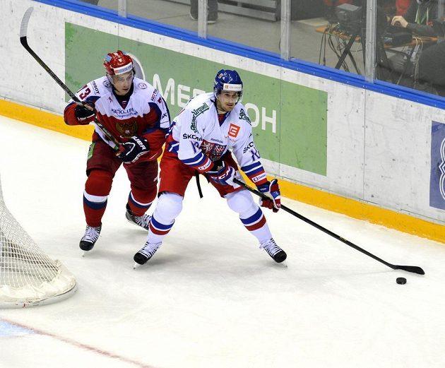 Ruský hokejista Maxim Čudinov (vlevo) se snaží bránit Romana Červenku.